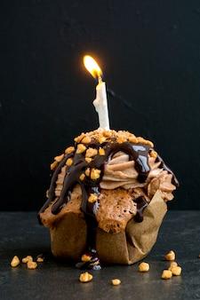 Capcake de chocolate com uma vela para o aniversário.