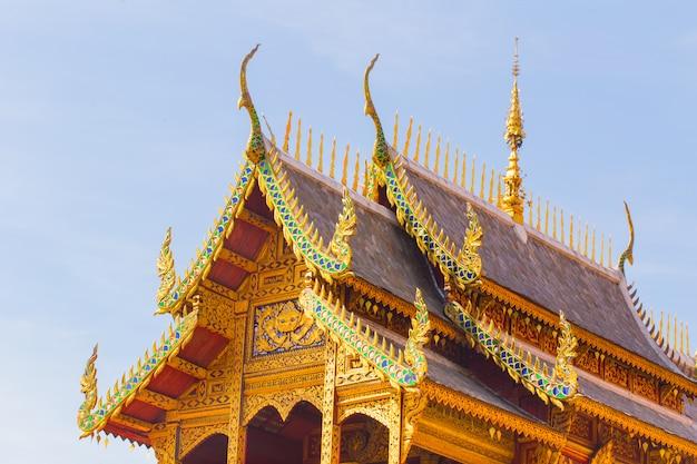 Capela bonita tailandesa de wat phrathat hariphunchai woramaha vihan, lamphun, tailândia.