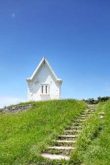 Capela branca em colina verde - pointe saint barbe de saint jean de luz, na frança