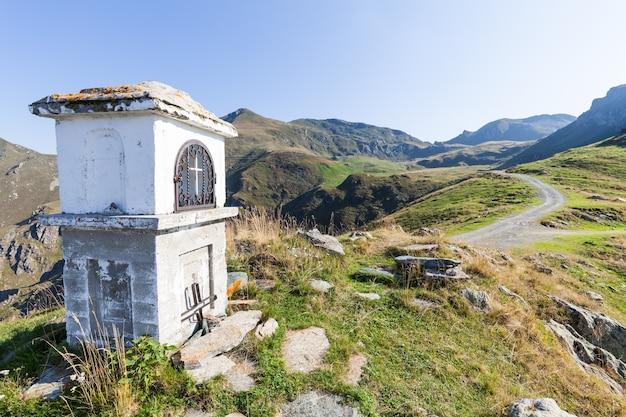 Capela cristã durante um dia ensolarado nos alpes italianos - conceito de fé