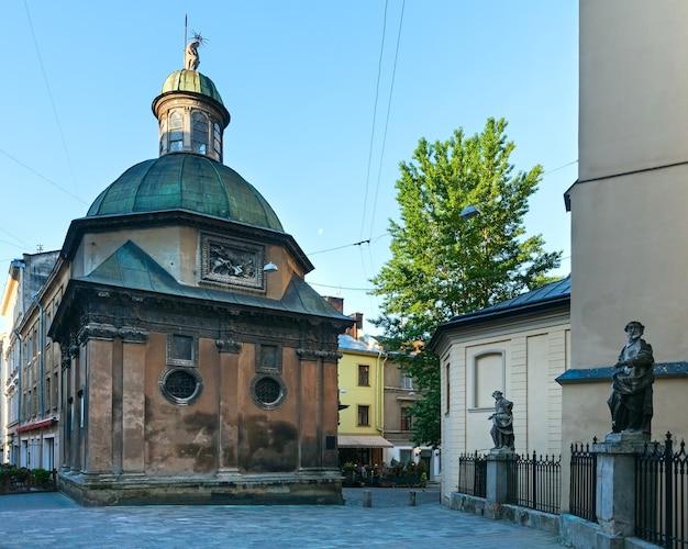 Capela da família boim perto da igreja da catedral latina de lviv (cidade de lviv, ucrânia) em 10 de maio de 2012