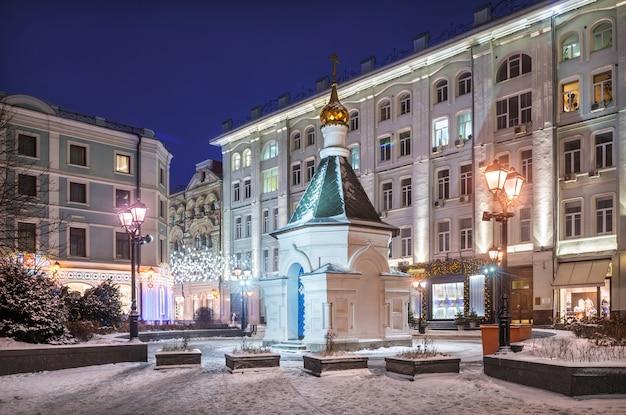 Capela da natividade da virgem e lanternas na stoleshnikov lane, em moscou, na véspera de ano novo de inverno