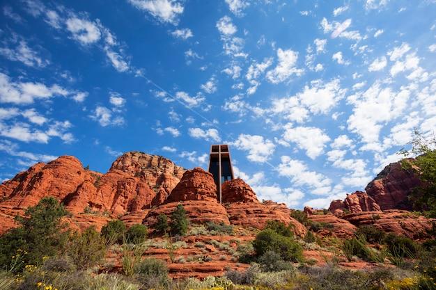 Capela da santa cruz situada entre rochas vermelhas em sedona