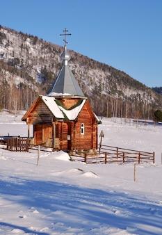 Capela de madeira nas montanhas altai uma pequena capela ortodoxa com telhado de quatro águas