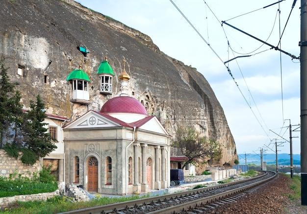 Capela de um mosteiro ortodoxo na montanha rochosa (crimeia, ucrânia)