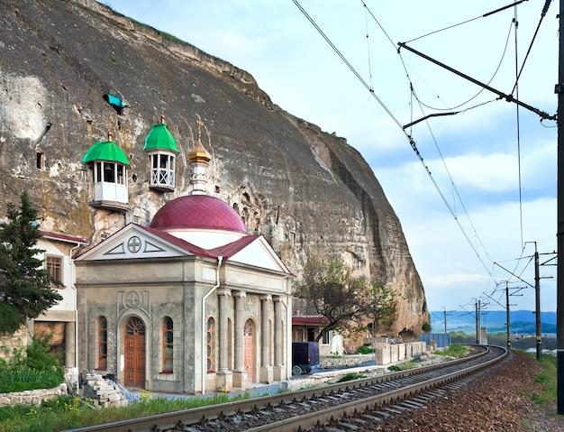 Capela de um mosteiro ortodoxo na montanha rochosa