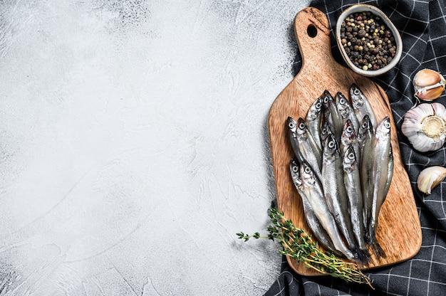 Capelim cru fresco peixe na tábua