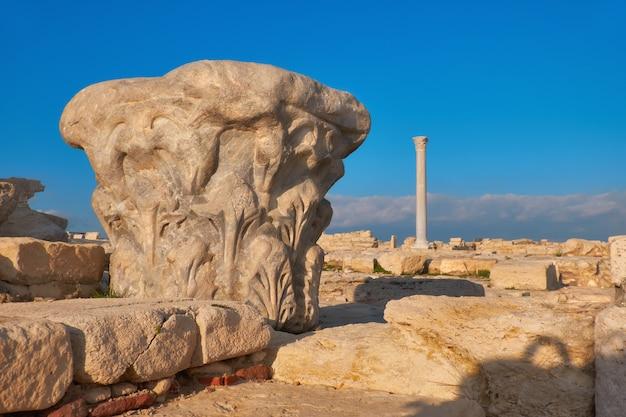 Capital da coluna antiga no sítio arqueológico de kourion em chipre