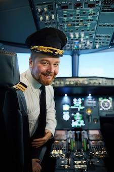 Capitão de avião alegre