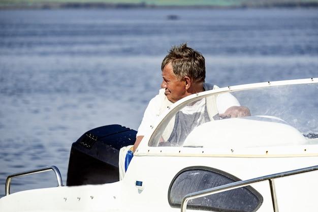 Capitão de barco no lago shira