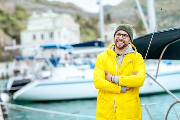 Capitão iatista homem do navio na baía antes da viagem