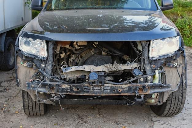 Capô desmontado em um carro para reparo em um serviço de carro conceito de serviço de carro reparo de carros