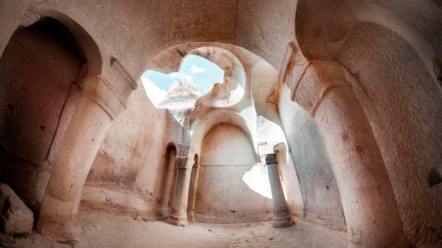 Cappadocia, ortahisar, turquia. mosteiro de hallach. o interior de uma antiga igreja com uma cúpula em ruínas.