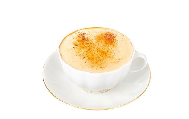 Cappuccino com canela na xícara branca e pires, isolar.