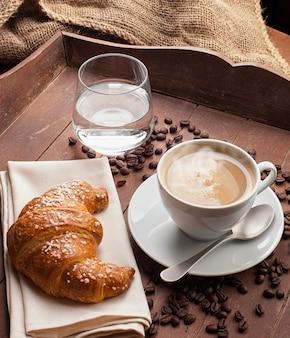 Cappuccino com croissant