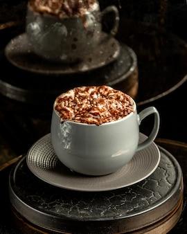 Cappuccino com nozes em cima da mesa