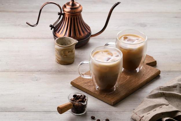 Cappuccino de café gelado no vidro de parede dupla, espaço para texto