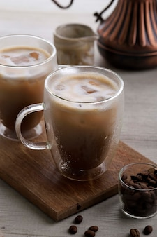 Cappuccino de café gelado no vidro de parede dupla