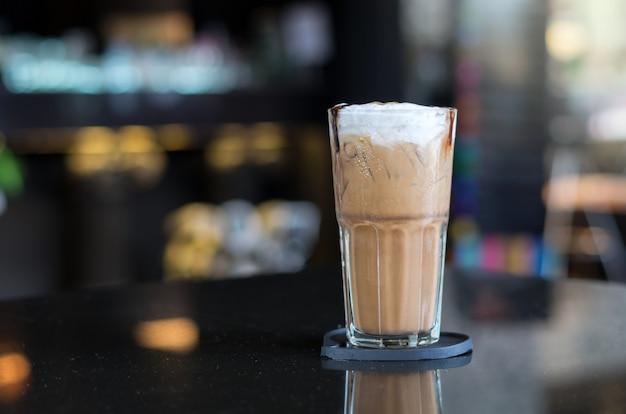 Cappuccino de gelo na mesa