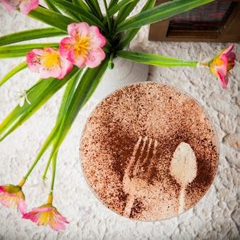 Cappuccino de vista superior com a inscrição com vaso com flores e porta-guardanapos em copo de coquetel