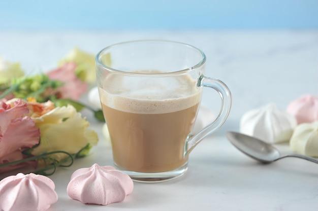 Cappuccino em caneca transparente com flores e marshmallow