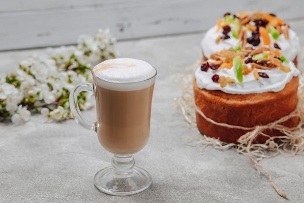 Cappuccino em um copo chique com um bolo