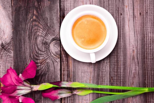 Cappuccino em uma xícara branca com um pires