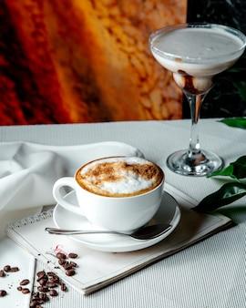 Cappuccino fresco na mesa