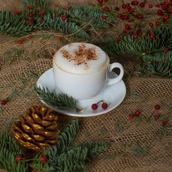 Cappuccino fresco no copo em cima da mesa