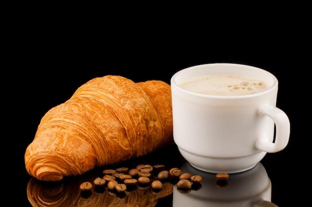 Cappuccino na xícara e croissant