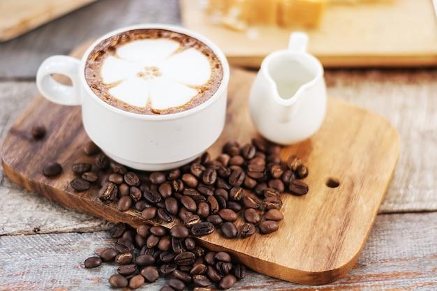 Cappuccino ou café com leite café com forma de flor, café amante, café para segundo plano