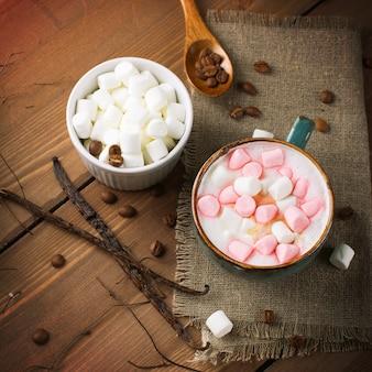 Cappuccino quente com marshmallows em um copo