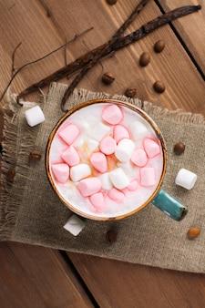 Cappuccino quente com marshmallows em uma caneca