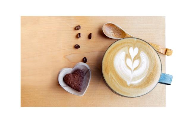 Cappuccino quente no copo na madeira. vista do topo.
