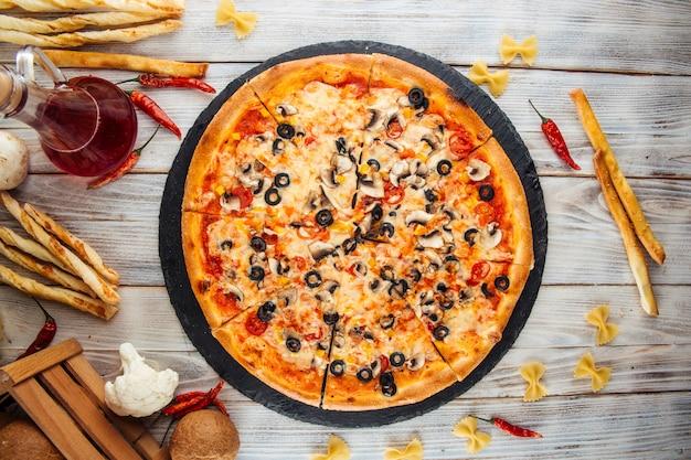 Capriccioso pizza italiana em fatias azeitonas cogumelos