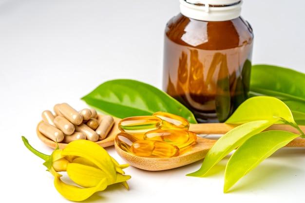 Cápsula orgânica à base de ervas da medicina alternativa com vitamina e óleo de peixe ômega 3, mineral, droga com suplementos naturais de folhas de ervas para uma vida boa e saudável.