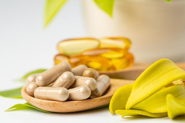 Cápsula orgânica à base de ervas de medicina alternativa com óleo de peixe ômega 3 de vitamina e.