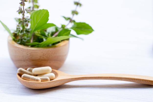Cápsula orgânica herbal de medicina alternativa, mineral, droga com folha de ervas