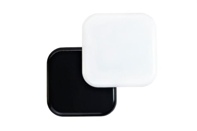 Cápsula quadrada preta e branca isolada