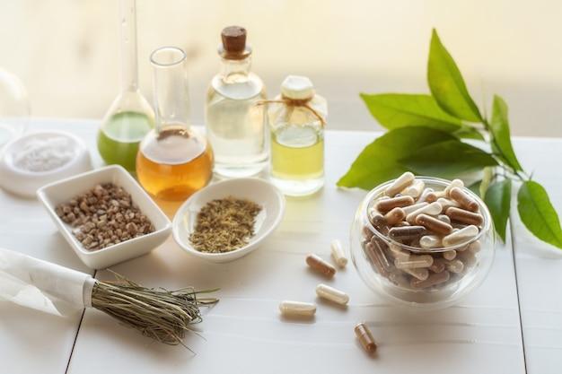 Cápsulas com suplementos dietéticos. ingredientes para fazer suplementos alimentares, tinturas, óleos, ervas