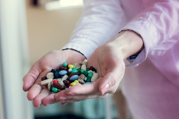 Cápsulas de comprimidos coloridos nas mãos de um médico