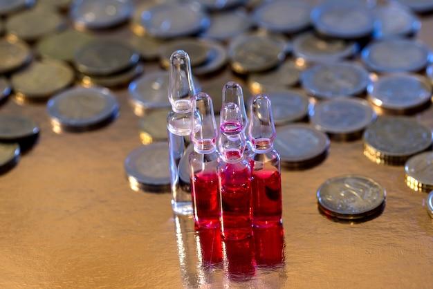 Cápsulas de comprimidos de ampolas e moedas de euro