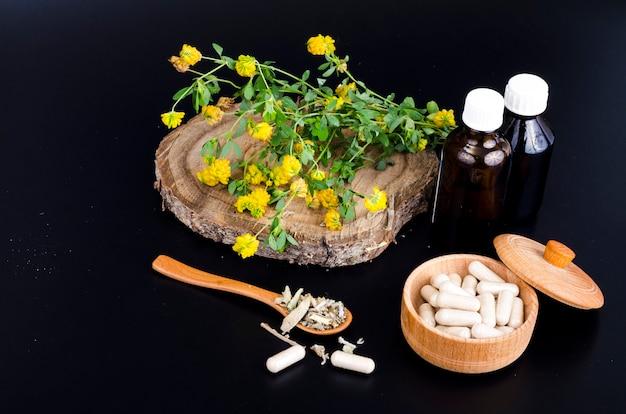 Cápsulas de ervas e tinturas de plantas medicinais.