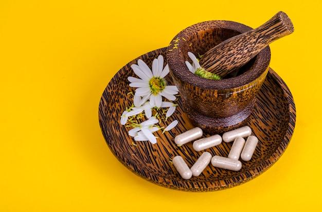 Cápsulas de ervas medicinais, comprimidos de camomila da droga farmacêutica.