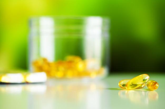 Cápsulas de gel mole de óleo de peixe omega 3 amarelo.