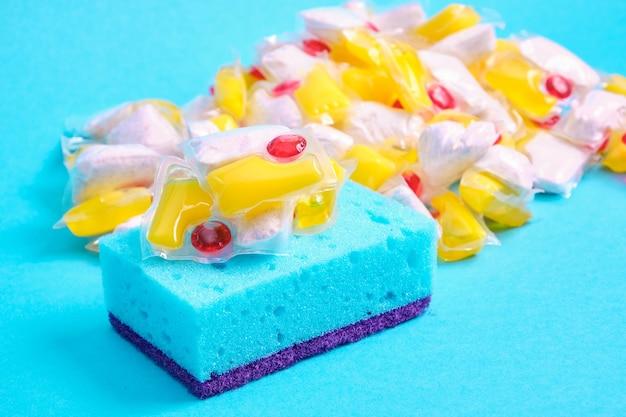 Cápsulas de gel para máquinas de lavar louça e esponjas a escolha entre lavar a louça com as mãos ou na máquina de lavar louça