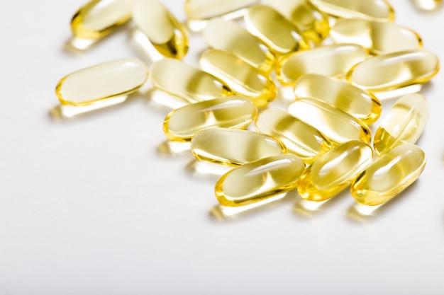 Cápsulas de óleo de peixe com ômega 3 e vitamina d conceito de dieta saudável.
