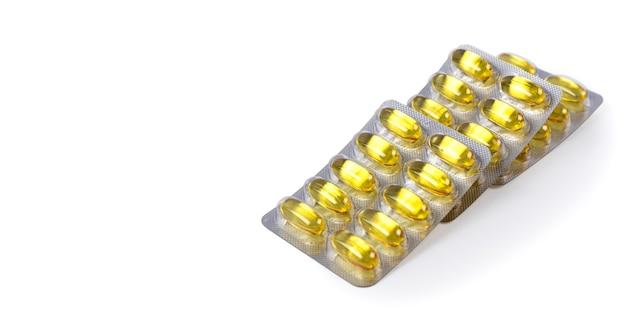 Cápsulas de ômega 3 em embalagem de plástico sobre fundo branco vitaminas de óleo de peixe cuidados de saúde