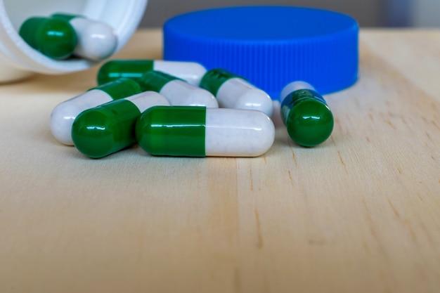 Cápsulas de remédio manuseadas fora do pote.