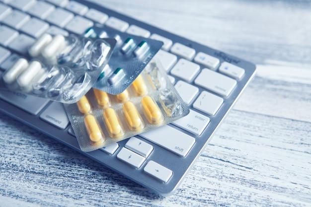 Cápsulas no teclado. conceito de compra de drogas online